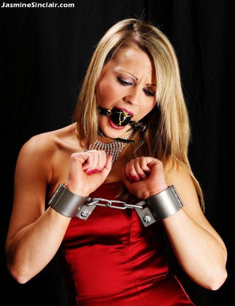 смотреть связанные девушки с кляпом во рту